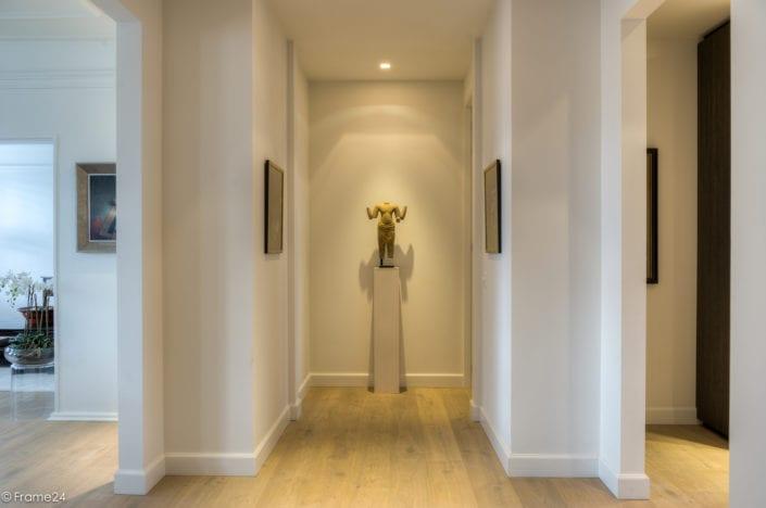 Symmetrisch middelpunt van appartement met artwork (romp van Buddha)
