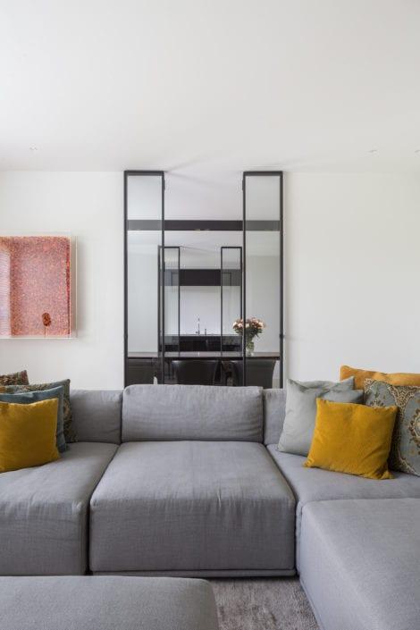 Stalen raam en bijpassende artwork